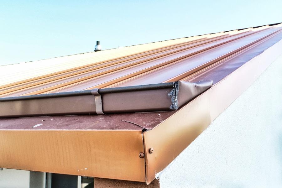 Inspection de toitures par drone d'une toiture. Prises de vues afin de constater des défauts de soudure et de fixations. Il faut tout refaire.