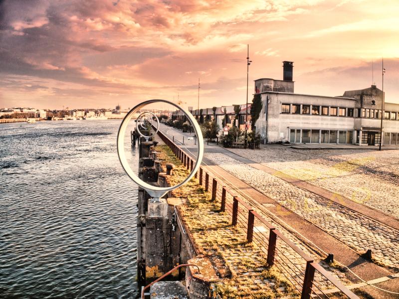 Le Quai des Antilles, les anneaux de Buren au lever du soleil. A cette heure matinale, les terrasses des différents restaurants ne sont pas encore sorties.
