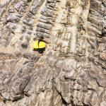 Une bodyboardeuse se lance sur une falaise à Quiberon afin de rejoindre un secret spot, comme on dit. En fait, une plage, une crique difficile d'accès et dont le chemin ne se révèle qu'aux initiés et aux surfeurs locaux.