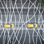 Prise de vue d'un passage piéton très différent des autres. Des lignes se croisent et se décroisent en des formes harmonieuses. Il s'agit d'une oeuvre du VAN, le Voyage à Nantes. Sur ce passage piéton très graphique vu du ciel, deux voitures jaunes se succèdent. Cette photo a été prise dans le cadre d'un suivi de chantier pour le compte de la société Esvia, boulevard Léon Bureau, ou communément appelé Boulevard de l'éléphant.