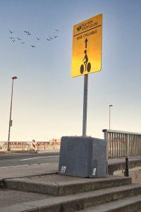 La ville de Nantes se transforme puisqu'elle se dote de nouvelles pistes cyclables. Ici, un panneau indiquant la piste cyclable du Pont Anne de Bretagne.