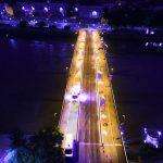 Photographies de nuit du Pont Anne de Bretagne et ses candelabres à dominantes Jaune est en train d'être peint.