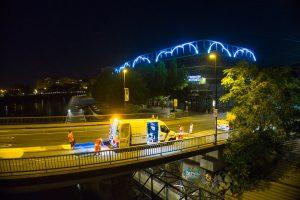 Les équipes d'applicateurs de la société Esvia sont en train de peindre le pont Anne de Bretagne à Nantes dans le cadre du Voyage à Nantes- LVAN