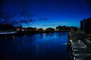 C'est l'heure bleue depuis le pont Anne de Bretagne à Nantes en Loire Atlantique. Je n'ai jamais vu autant de bleus différents dans un ciel. Ce dernier ce reflète dans les eaux d'habitude sombre de la Loire. Le soleil n'est pas encore levé, et même les nuages ont pris une teinte bleu foncé.