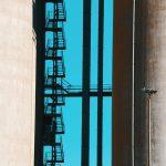 Entre deux silos, un escalier monumental donne accès à l'enfer ou au paradis. Cet escalier dont l'ombre noire se dessine sur un ciel immensément bleu