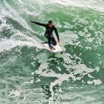 Un bodyboarder fait son take-off sur une belle vague. Il réussit avec succès une figure. Nous sommes à Port-Blanc sur la presqu'île de Quiberon. L'eau est fraîche, mais les vagues sont belles.