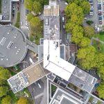 Prise de vue aérienne de la toiture du CH Debré sur le site du CHU d'Angers- Un nouveau procédé de réfléchissent des rayons solaires, le PointReflect de chez Axter a été appliqué à l'étanchéité.