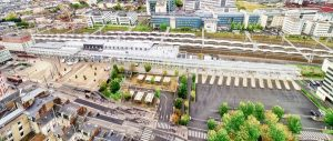 Vue panoramique et aérienne de la gare du Mans lors d'un suivi de chantier. Le tramway orange de la ville fait également une apparition.