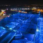 Prise de vue aérienne par drone du décathlon et du cinéma dans la zone commerciale d'Atlantis en Loire Atlantique. De nuit, cette structure située sur la commune de Saint Herblain prend des teintes bleutées.