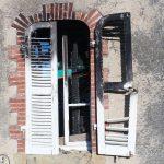 Inspection par drone suite à un incendie. Le drone permet d'accéder sans endommager la scène de crime à quasiment toutes les parties de la demeure. Ici une photographie d'une fenêtre partiellement brûlée lors de l'évènement.
