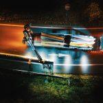 Vue aérienne et nocturne par drone d'un camion de la société Lampe approvisionnât en BT4 un ouvrier vêtu de orange et casqué de l'entreprise Esvia. Ils sécurisent les accès destinés à la création d'une nouvelle voie pour accéder directement à Nantes.