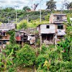 Un village de bric et de broc est accroché à un pan de montagne. Un sentiment ambiguë nous prend. On note, çà se dénote, la misère ou la joie de se mettre au vert. les maisons semblent fragiles, comme cette vie de Robinson Crusoé.