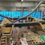 Voici la bête des mers. Ce catamaran est en construction encore pendant des mois avant de pouvoir prendre le large. Des dizaines de pieds de longs, autant de larges que de travers. Avant de tirer des bords, ce nouveau cheval des mers, doit être construit. Nous suivrons donc la construction de ce géant pendant plusieurs mois.