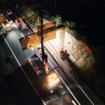 La potence est en train d'être fixée sur photo prise de nuit par drone. J'entends encore le bruit de la boulonneuse.