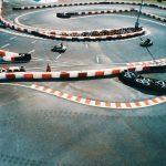 Les kartings laissent déjà des traces sur la piste.