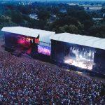 Vue aérienne lors du festival la nuit de l'Erdre. La chanteuse Clara Luciani va commencer son set devant une foule immense rassemblée sur le site.