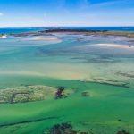 A l'entrée de la presqu'ile de Quiberon, entre Carnac et penthièvre se situe Plouharnel. Il y a certes, une vasière, mais aussi des plages de sables fins et blancs.