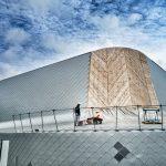 Explication en toiture avant d'attaquer les phase finales de cette couverture et façade réalisée en écailles aluminium. L'effet est étonnant. Le travail titanesque.