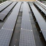 Prises de vues et inspection de panneaux solaires sur une étanchéité noire. La grande classe.